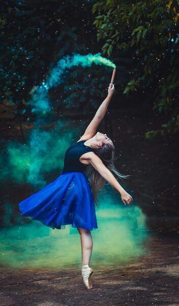 Danseuse avec un fumigène de couleur