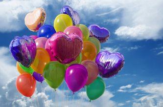 Ballons de baudruche rempli d'hélium dans le ciel