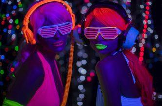 Soiree fluo : 2 femmes portant un déguisement fluo et écoutant de la musique lors d'une soirée fluo